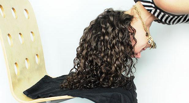 Il plopping per asciugare i capelli ricci