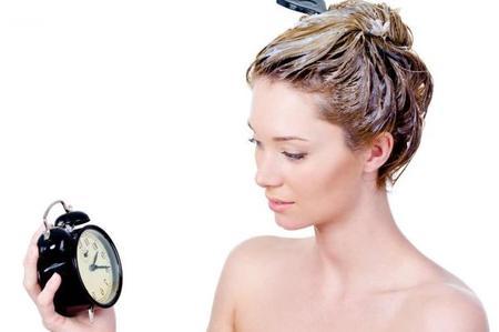 Prodotti salva-tempo per la cura dei capelli ricci: lo shampoo a secco