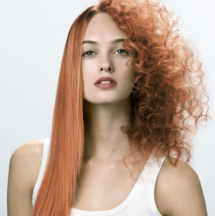 8 situazioni che solo le donne con i capelli ricci possono capire: i commenti quando ti stiri i capelli
